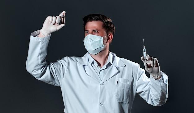 聴診器を持つ医療青年医師