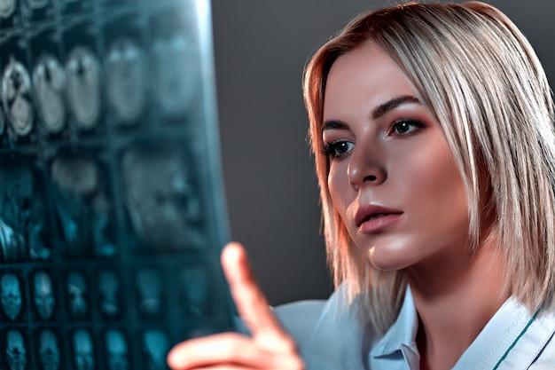 청진기로 의료 젊은 여자 의사