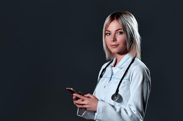 聴診器を持つ医療の若い女性医師