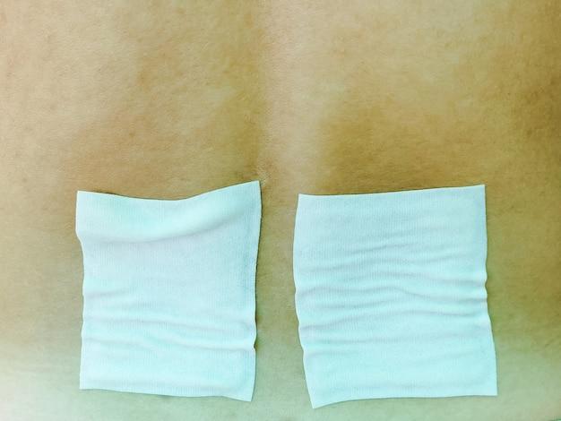 薬用鎮痛パッチ、石膏。背中の痛みを持つ男。痛みの軽減とヘルスケアの概念