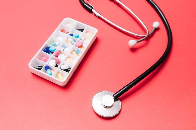 Ящик для лекарств возле стетоскопа
