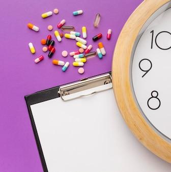 책상에 클립 보드로 약물 치료 시간
