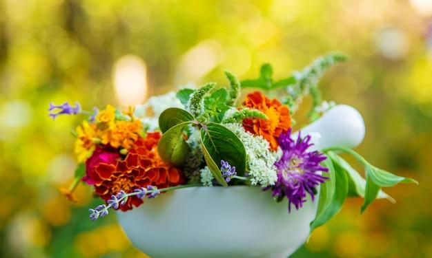 乳鉢の薬草と花。セレクティブフォーカス。