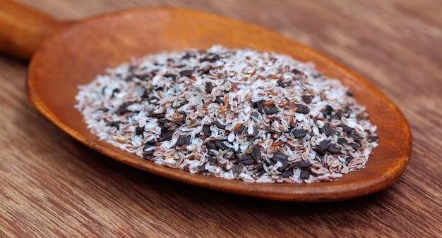 나무 표면에 나무 숟가락에 약초 isabgul과 바질 씨앗
