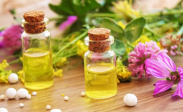 薬草、小瓶のホメオパシーのオイル。セレクティブfocus.nature