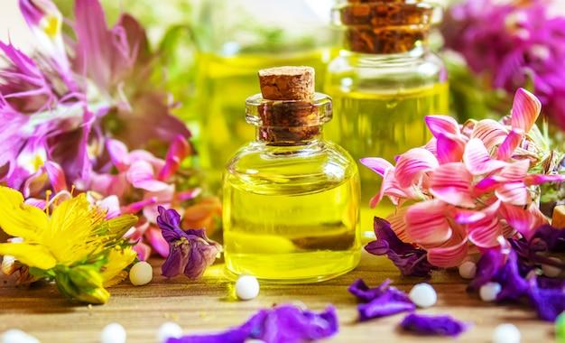 Лекарственные травы, масла в бутылочках гомеопатия. выборочный фокус. природа