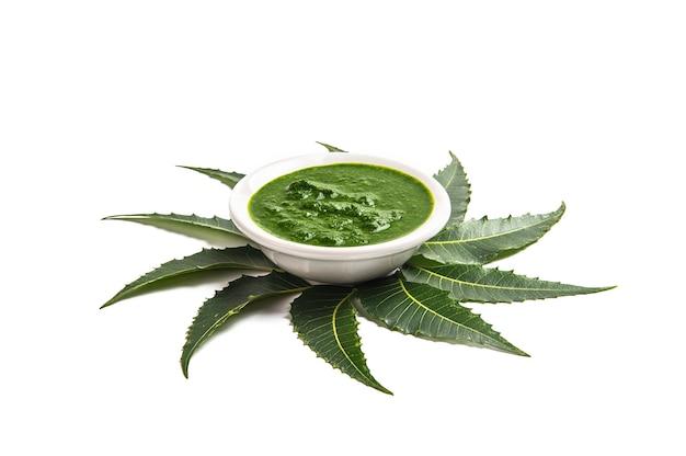 약용 neem 흰색 바탕에 그릇에 붙여 넣기와 나뭇잎.