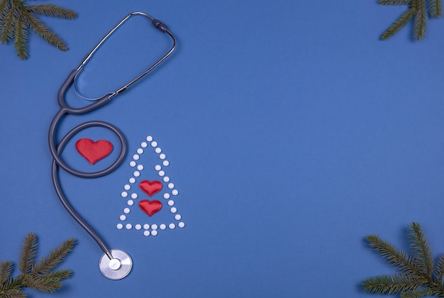 クリスマスツリーの形の薬用錠剤聴診器3つの装飾的な心と枝