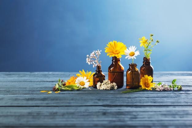 Лекарственные растения и флаконы с эссенцией