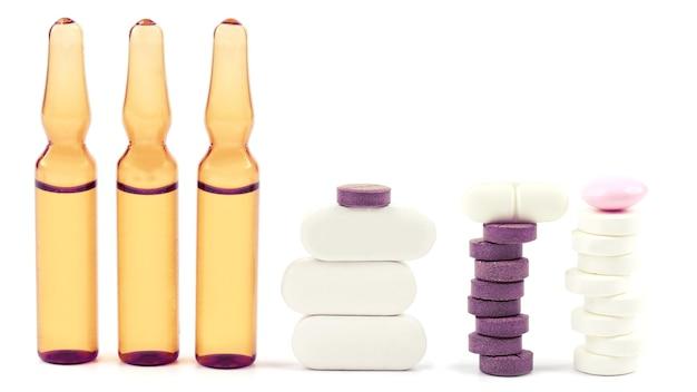 약용 정제, 흰색 바탕에 주사용 앰플. 약리 및 의료 산업