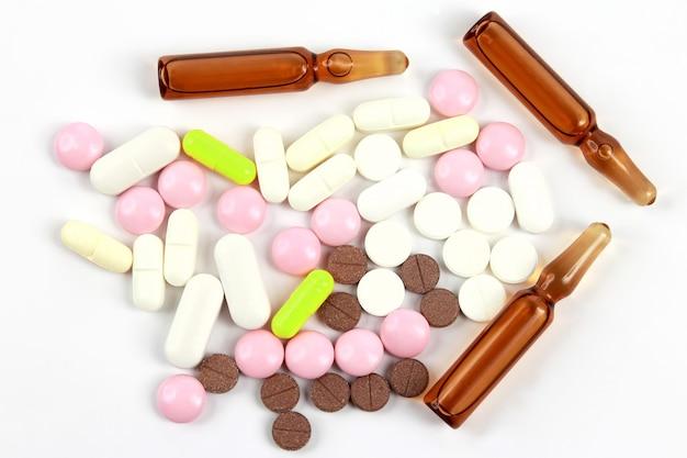 약용 정제, 흰색 바탕에 주사용 앰플. 약리학, 의학 및 질병 치료
