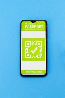 Концепция медицины и здоровья. электронный паспорт иммунитета со штампом о вакцинации от covid-19 на экране смартфона.