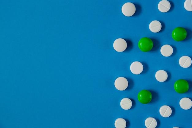 Таблетки медицины и здоровья на синем фоне сверху