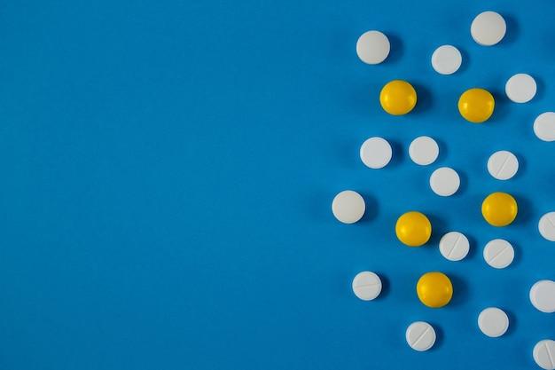 薬と健康の白と黄色の錠剤