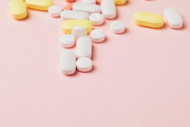 분홍색 배경에 약과 알약