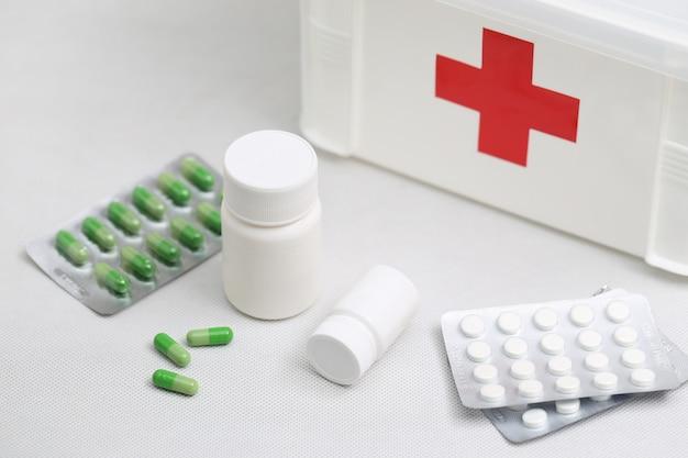 Медицинские бутылки и домашний медицинский комплект