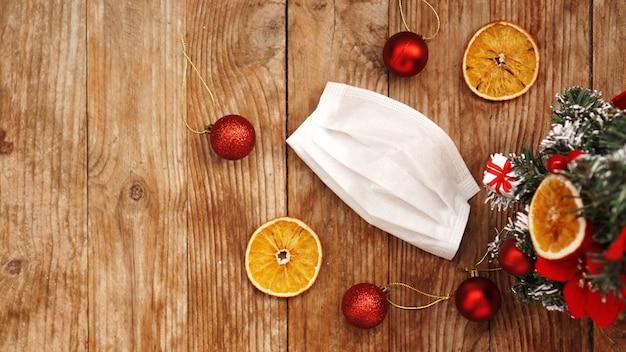医学のクリスマス。コロナウイルスcovid-19時間中の新年のコンセプト。