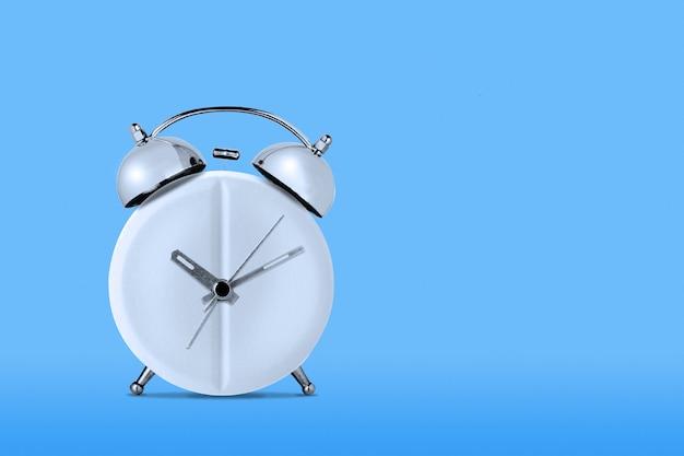 Медицина concept.clock-медицинской медицинской таблетки на синей стене
