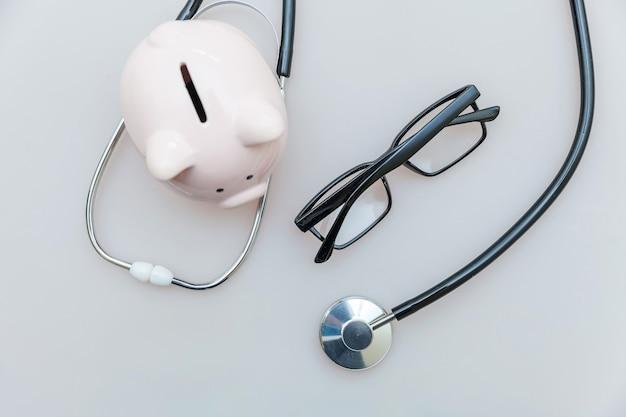 의학 의사 장비 청진 돼지 저금통 안경 흰색 배경에 고립