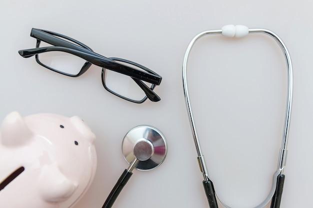 의학 의사 장비 청진 기, 돼지 저금통 안경 흰색 절연
