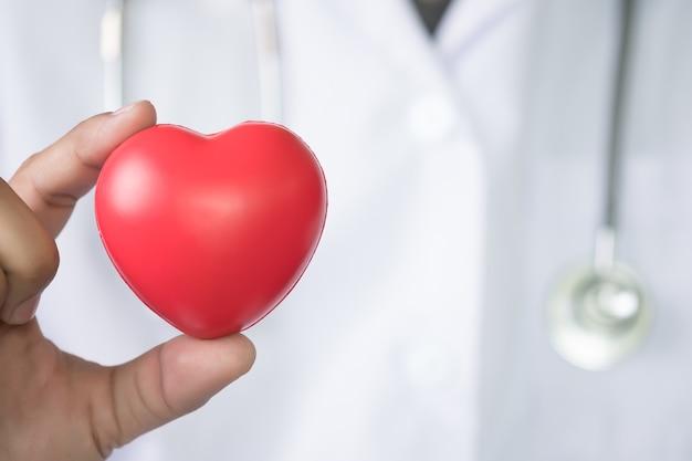 医師の赤い心臓の薬