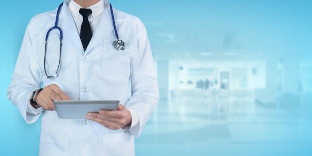 病院でデジタルタブレットを使用している医師
