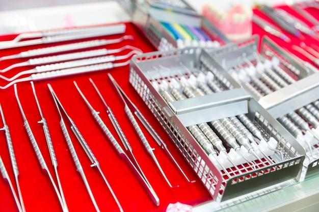 医療機器、歯科用器具のマクロビュー。歯科医のキャビネット、口腔病学。歯のケア、口の衛生