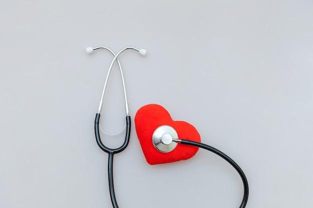 의학 장비 청진 기 및 흰색 배경에 고립 된 붉은 심장