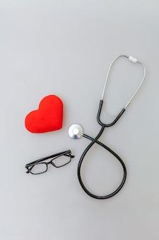 의학 장비 청진기 안경 및 흰색 배경에 고립 된 붉은 심장