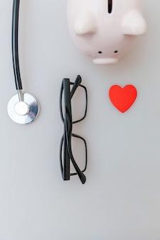 의학 장비 청진 기 저금통 안경 흰색 배경에 고립