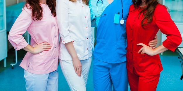 의학. 다국적 사람들 - 의사, 간호사 및 외과 의사. 얼굴 없는 의사 집단. 의료 광고 디자인입니다. 배경 넓은 홍보 배너입니다.