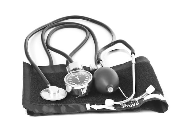 Артериальное давление объекта медицины со стетоскопом, изолированным на белом