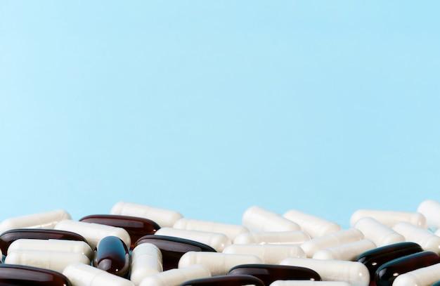 青い表面の薬またはサプリメントカプセル。医薬品の丸薬とビタミン。プロバイオティクス