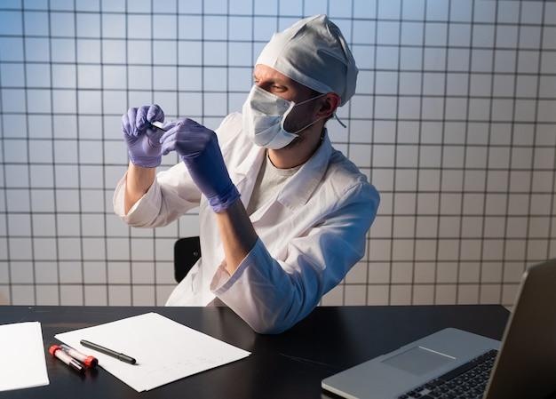 病院のクリップボードに医療報告書を書く男性医師の、医学、人、医療のコンセプトの接写