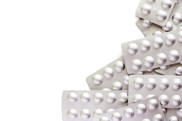 Медицина, таблетки, лекарства или таблетки в блистерной упаковке на белом фоне