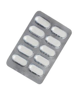 薬の丸薬、錠剤。白で隔離された水ぶくれに詰められた丸薬および錠剤。