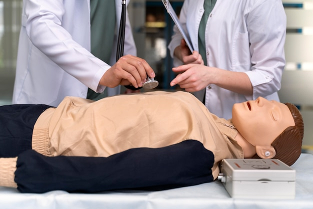 Studente di medicina che fa pratica in un ospedale