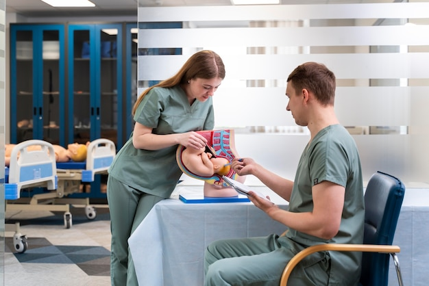 Студент-медик делает свою практику в больнице