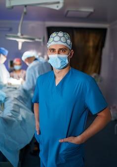 의학, 수술, 그리고 사람들의 개념 - 흐릿한 배경 위에 보호 마스크를 쓴 남성 의사나 외과의사. 확대