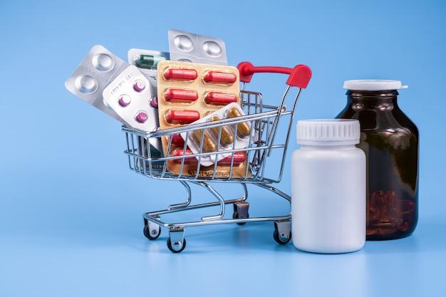 トロリーまたはショッピングカート内の薬、ビタミン、抗酸化サプリメント