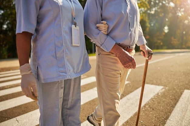 노인을 돕는 의료 종사자