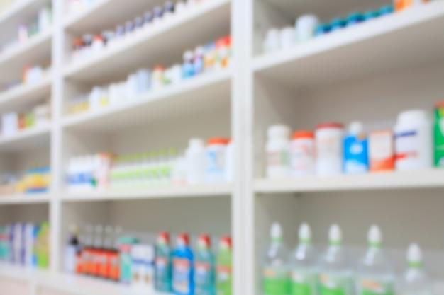 약국에서 선반에 배열 된 의약품 배경을 흐리게