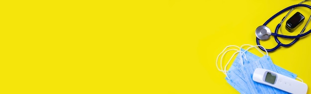 黄色の背景に薬、錠剤、マスク、ウイルス。セレクティブフォーカス