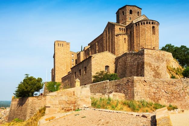 Средневековый замок в кардоне. каталония