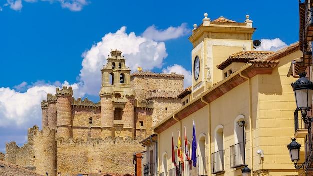 セゴビアの中世の城で、石、高い壁、胸壁でできています。村の隣の丘の上にあります。スペイン。