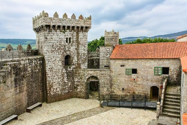 벽과 시대 주택이 있는 스페인 북부의 중세 성. 갈리시아.