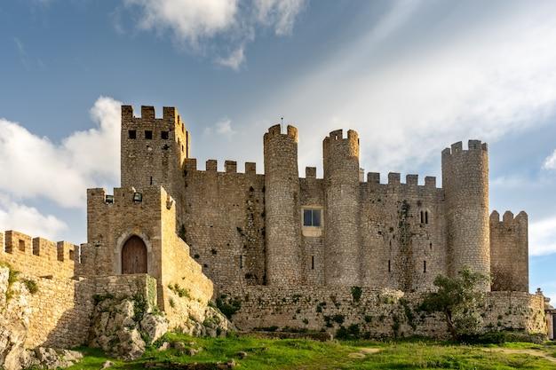 포르투갈 오비도스 마을의 중세 성. 프리미엄 사진