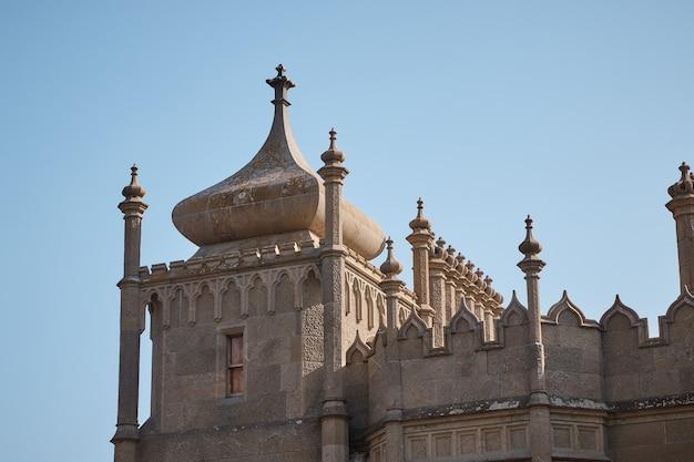 中世の城、王子の家、石の壁、塔、大きな樫の扉