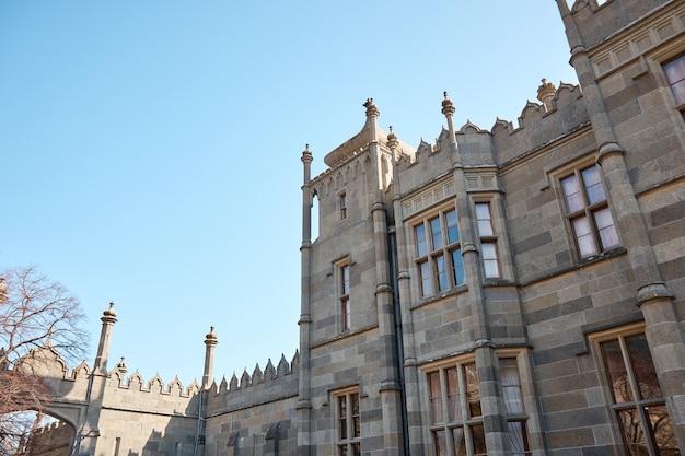 Средневековый замок, княжеский дом, каменные стены, башни и большие дубовые двери.