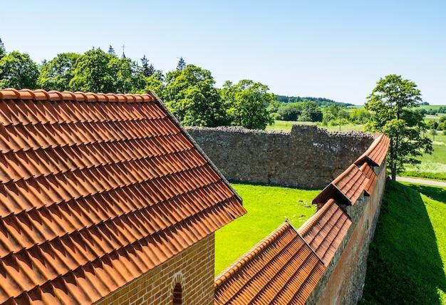 Средневековая крыша замка и крепостная стена замка. замок медининкай, литва.